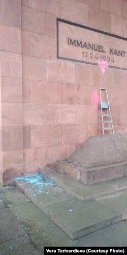 Испорченная вандалами могила Иммануила Канта