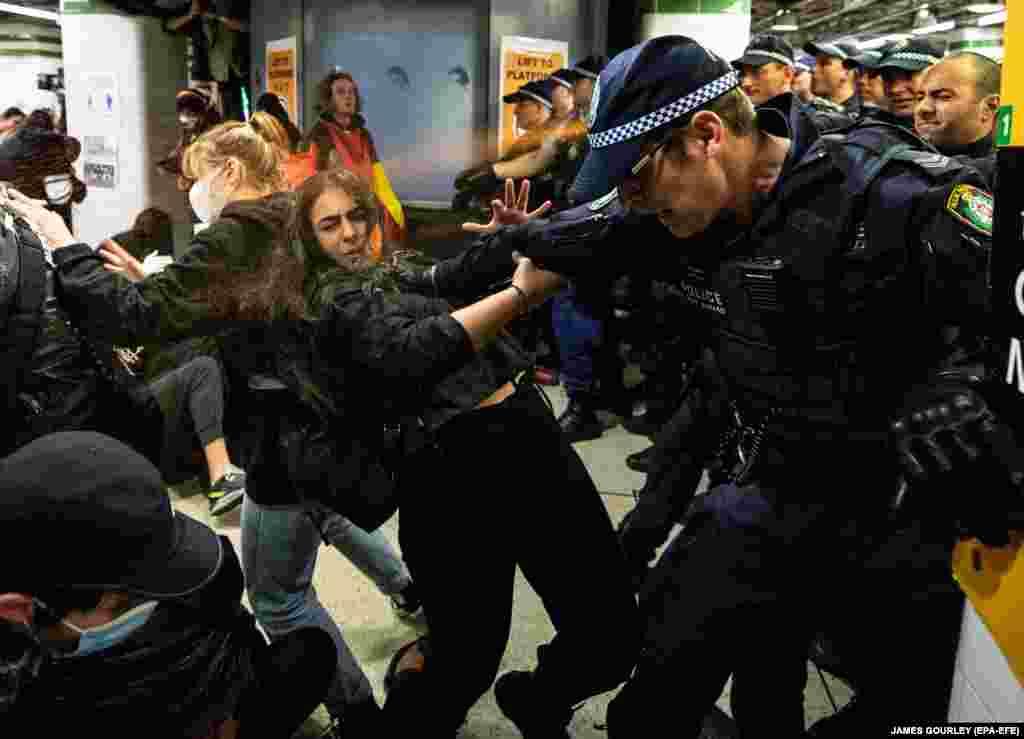 Поліція застосовувала перцеві балончики проти учасників акції Black Lives Matter всередині Центрального вокзалу Сіднею. Австралія, 06 червня 2020 року