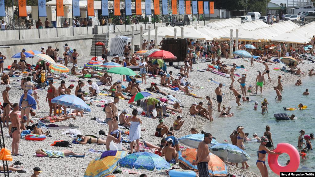 На цьому пляжі багатолюдно
