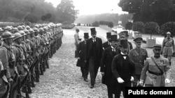 4 июня 1920. Венгерская делегация направляется на церемонию подписания Трианонского мира