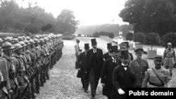Угорська делегація прямує на підписання Тріанонського договору у Версалі, 4 червня 1920 року