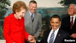 Нэнси Рейган и Барак Обама (фото 2009 года)