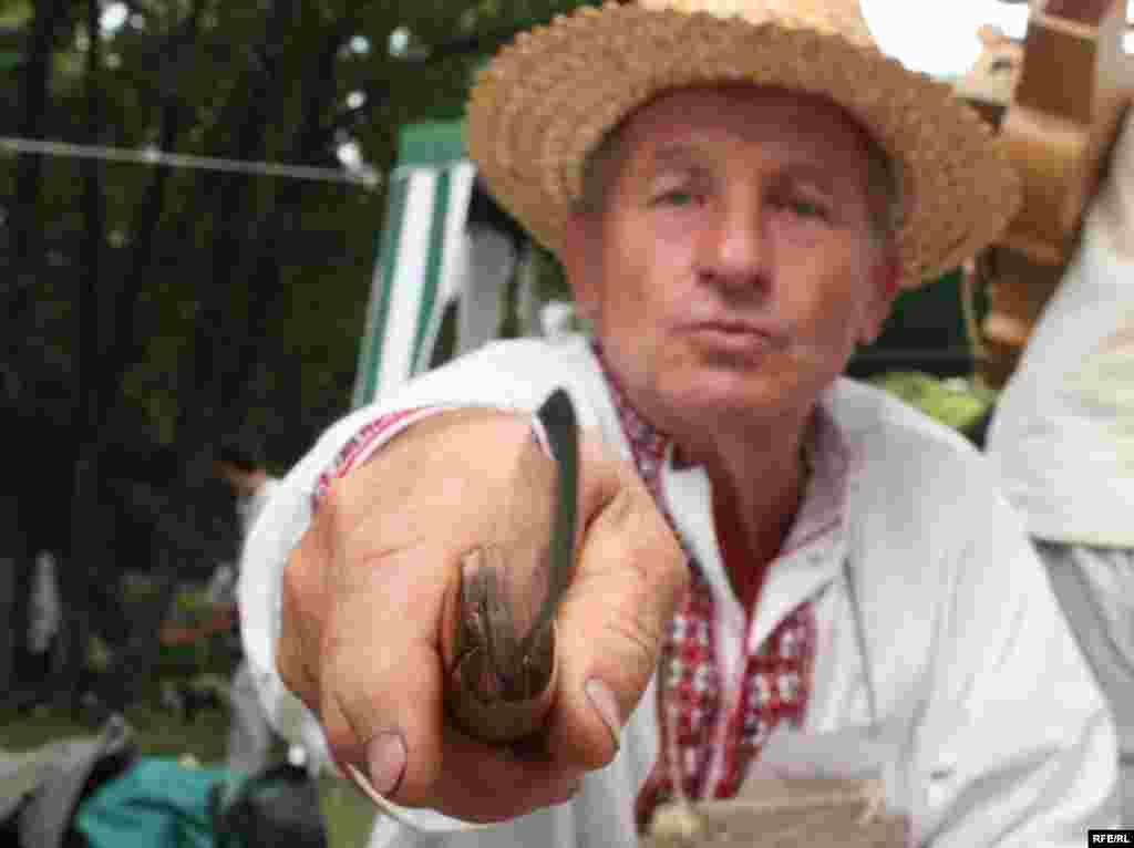 Народний майстер-різьбяр прямо на очах у відвідувачів виготовляє ложки. Кожен бажаючий може спробувати змайструвати щось власноруч, користуючись порадами професіонала.
