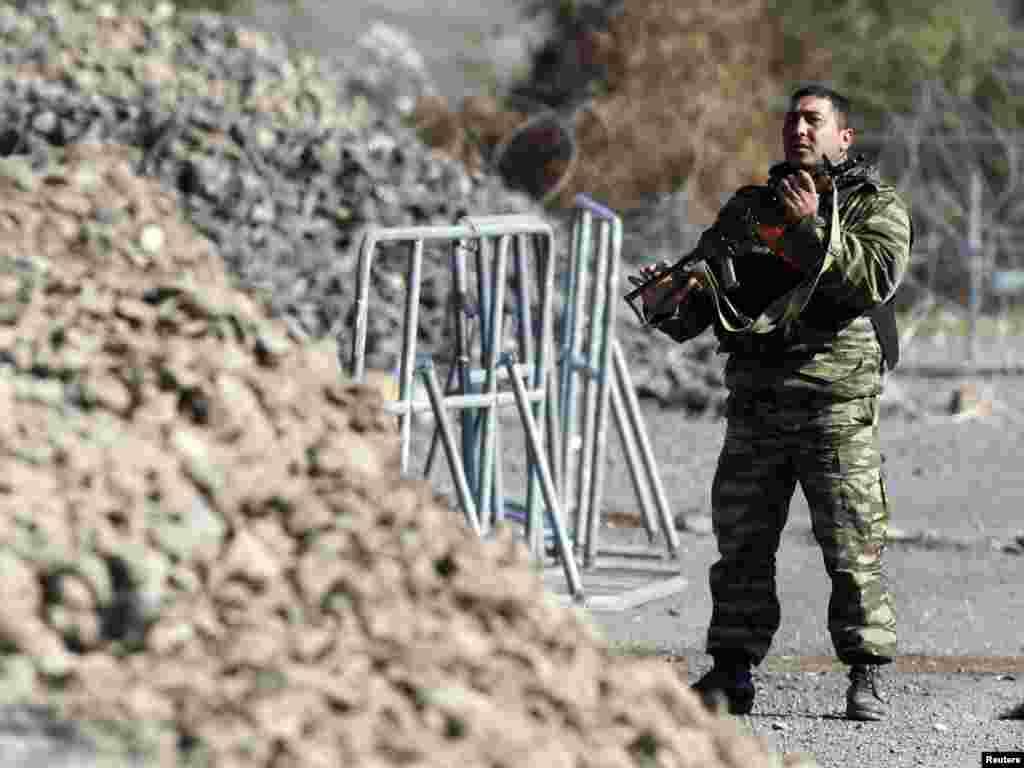 Armenijski vojnik KFOR-a na prelazu jarinje, 28.09.2011. Foto: Reuters / Marko Đurica