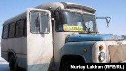 Автобус, который возит детей. Село Туганбай Алматинской области, март 2012 года.