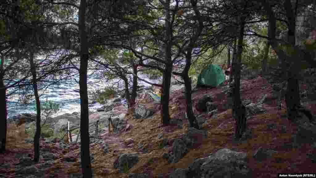 Некоторые отдыхающие ставят палатки, не доходя до берега, − в тени хвойных деревьев и с видом на бурлящее море