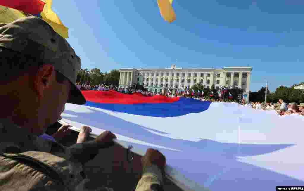 Aqmescitte Meksikadan ketirilgen büyük Rusiye bayrağı açıldı, 2015 senesi avgust 22 künü