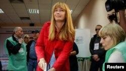 Сандра Рулофс голосует на парламентских выборах, октябрь 2016 г.