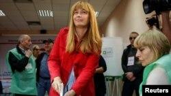 """Саакашвилинин жубайы, """"Бириккен улуттук кыймылдын"""" талапкери Сандра Рулофс добуш берүүдө."""