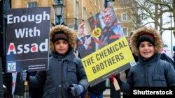 Сирійські діти на акції протесту в столиці Великої Британії проти режиму Башара аль-Асада в Сирії та режиму Володимира Путіна в Росії. На акції був плакат із зображенням двох «хімічних братів» Асада і Путіна. Лондон, 17 березня 2018 року