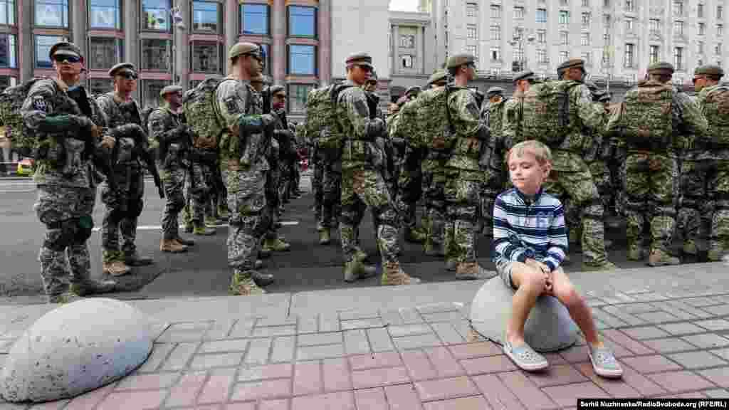 Юне покоління, яке виросло у Незалежній Україні, стежить за репетицією військово параду до 30-ї річниці Незалежності України