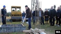 Премиерот Никола Груевски го означува почетокот на изградба на воден парк во општина Аеродром, 18 декември 2011