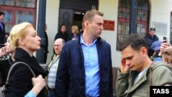 Алексей Навальный с женой Юлией и Илья Яшин