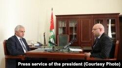 Глава «Черноморэнерго» (справа) проинформировал президента о том, что было сделано нового в энергетике Абхазии в рамках Инвестпрограммы