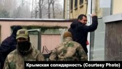 Российские силовики доставили задержанного адвоката в суд, 6 декабря 2018 г., Симферополь