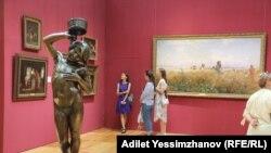 Посетители Государственного музея искусств имени Абылхана Кастеева в Алматы
