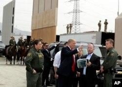 """Трамп осматривает варианты конструкции """"стены"""""""