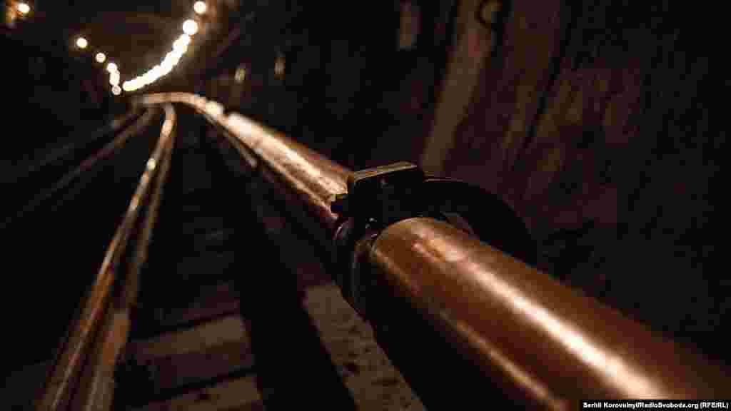 Людей пускають в тунель тільки після відключення електрики в контактній рейці