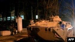Вооруженные люди и военная техника рядом со штабом ВМФ Украины в Симферополе. 18 марта 2014 года.