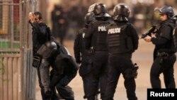 Французская полиция проводит досмотр в пригороде Парижа, 18 ноября 2015 года.