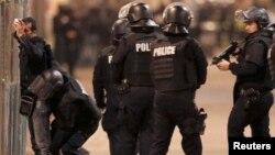 عملیات صبح چهارشنبه نیروهای امنیتی فرانسه در محله سن دنی در شمال پاریس؛ این محله میزبان یکی از بزرگترین جوامع مسلمان و عرب فرانسه است.