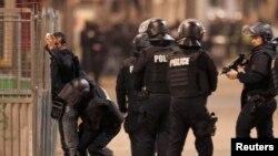 Франциянын аймагындагы рейддер Париждеги террордук чабуулдарды жасагандарга жардам бергендерди табуу максатында жүргүзүлүүдө.
