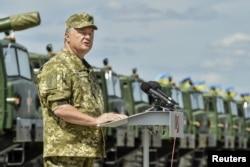 Украина президенті Петр Порошенко әскерилер алдында сөйлеп тұр. Харьков облысы, 22 тамыз 2015 жыл.