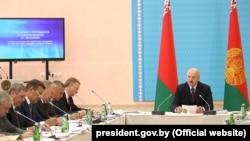 Президент Беларуси Александр Лукашенко (справа) на совещании в Орше. 14 августа 2018 года.