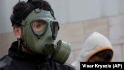 Një qytetar mban maskë në fytyrë gjatë protestës kundër ndotjes së ajrit. Prishtinë, 31 janar, 2018