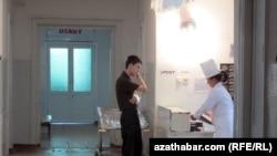 U mnogim turkmenistanskim bolnicama očekuje se da pacijenti ponesu vlastite lijekove, pokrivače, hranu, pa čak i ogrjev za grijanje soba.