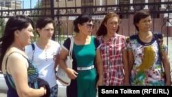 Родственницы осужденных по обвинению в терроризме. Слева направо: Шаттык Кабдолова, Ксения Баярисова, Бибигуль Баярисова, Гульдана Акорынова и Гульсара Хабибуллина. Атырау, 24 июня 2013 года.