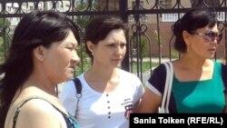 Родственницы осужденных по делу о терроризме. Шаттык Кабдолова, мать Адильхана Кыдырсикова (слева), Ксения Баярисова (в центре) и Бибигуль Баярисова, родные подсудимого Романа Баярисова. Атырау, 24 июня 2013 года.