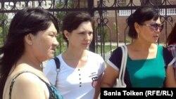 Родственницы обвиняемых в терроризме. Шаттык Кабдолова, мать Адильхана Кыдырсикова (слева), Ксения Баярисова (в центре) и Бибигуль Баярисова, родные подсудимого Романа Баярисова. Атырау, 24 июня 2013 года.