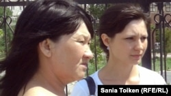 Солдан оңға қарай: Шаттық Қабдолова мен Ксения Баярисова.