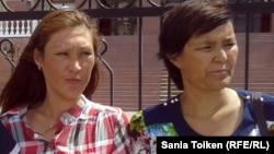 Сотталушылардың туыстары (солдан оңға ) Гүлдана Ақорынова, Гүлсара Хабибуллина. Атырау, 24 маусым 2013 жыл.
