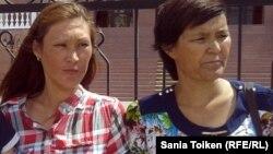 Айыпталушылардың туыстары: (солдан оңға қарай) Гүлдана Ақорынова, Гүлсара Хабибуллина. Атырау, 24 маусым 2013 жыл.