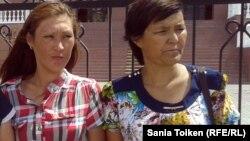 Родственницы обвиняемых в терроризме Гульдана Акорынова (слева) и Гульсара Хабибуллина. Атырау, 24 июня 2013 года.