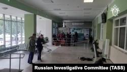 Российские силовики в здании Пермского государственного университета, в котором произошел расстрел учащихся 20 сентября 2021 года