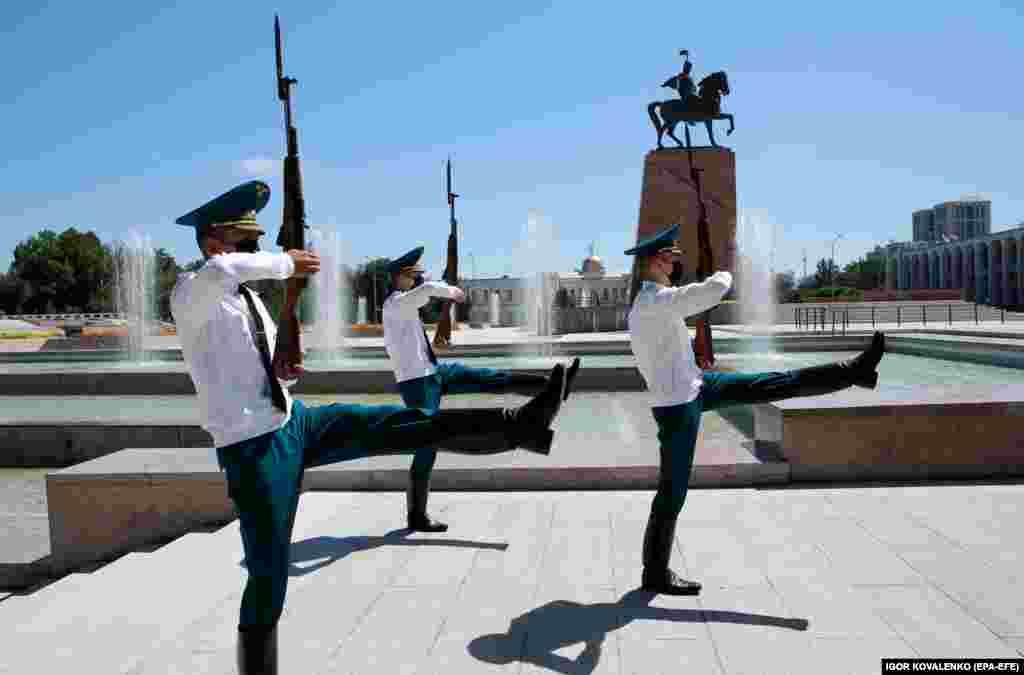 Кіргіскія гвардзейцы ў масках на плошчы ў цэнтры Бішкеку.