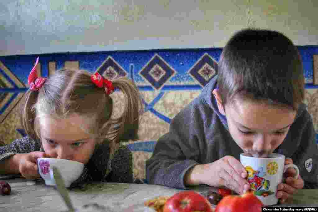 Діти заарештованого громадянського журналіста Ремзі Бекірова п'ють чай. Їхнього батька затримали разом з Османом Аріфмеметовим і ще 22-ма людьми