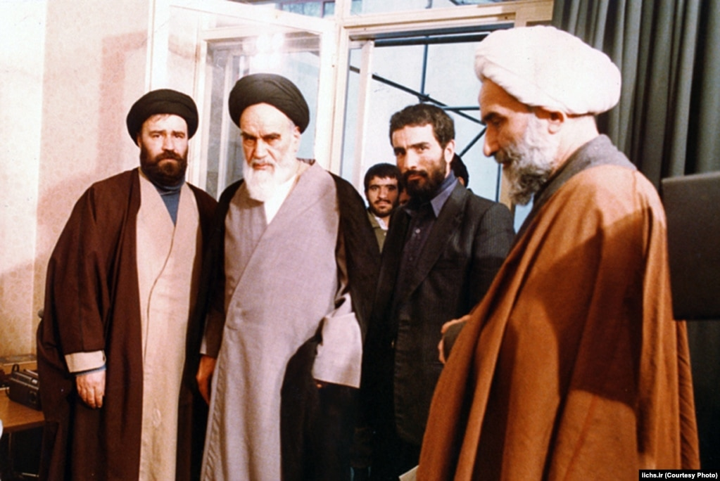 چهرههای اصلی دفتر آیتالله خمینی؛ فرزندش احمد (چپ)، محمدعلی انصاری و مسئول دفترش محمدرضا توسلی (راست)