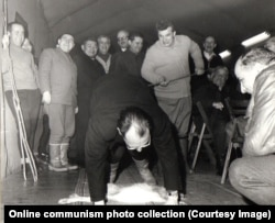 Чаушеску бьет румынского дипломата по спине, когда тот склоняется над тушей зайца. Фотография сделана во время охоты с главами дипломатических миссий Румынии в 1969 году.
