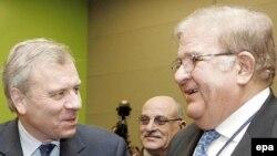 Аз чап Дабири кулли НАТО Яап де Ҳуа Схеффер ва вазири дифоъи Афғонистон Абдулраҳими Вардак дар нишасти Вилнюс, 8 феврали соли 2008.