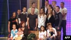 این عکس که در سال ۲۰۰۵ گرفته شده، انگرت رونیک را در میان فرزندان و نوههایش نشان میدهد.