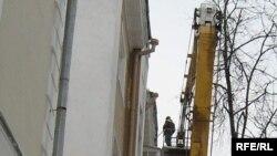 Чысьціць дахі — небясьпечная праца.