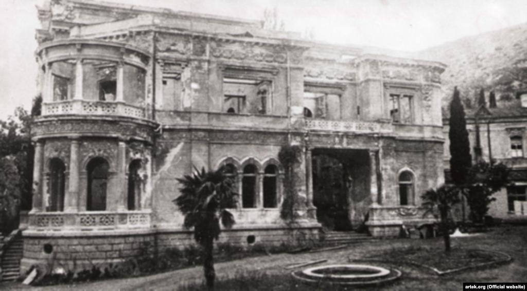 15 квітня 1944 року табір звільнили. Однак корпуси дитячої оздоровниці були зруйновані. На фото – один із корпусів табору після звільнення його від німецьких загарбників