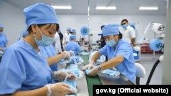 Работники цеха по производству одноразовых медицинских масок. 24 июня 2020 года.