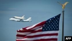 """Discovery """"purtată"""" în ultimul zbor de asupra Washngtonului, 17 aprilie 2012"""
