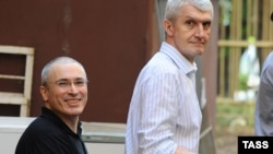 Михаил Ходорковский и Платон Лебедев по дороге в Хамовнический суд Москвы. Август 2010 года