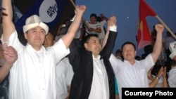 """Депутаты-""""атажуртовцы"""" на мероприятии в Оше, 23 июня 2013 года."""